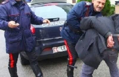 WCENTER 0XMLBIREIN                Marco Del Vecchio, portato in caserma dopo l'arresto, cerca di divicolarsi prendendo a testate un carabiniere, 18 novembre 2012 a Vasto (Chieti). Marco Del Vecchio, 37 anni, che nel pomeriggio di ieri ha ucciso con alcune coltellate i genitori Emidio Del Vecchio, di 78 anni, e Adele Tumini, 72, nell'abitazione che condivideva con i due, e' stato arrestato nel centro storico di Vasto. I militari ricercavano l'uomo, che ha problemi di tossicodipendenza, dalla notte scorsa quando avevano trovato i cadaveri, allertati dalla sorella dell'assassino, Nicoletta. ANSA/ D'ERCOLE/ SCHIAZZA