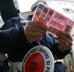 PONTEDERA (PISA) 07 MARZO 2007- SICUREZZA STRADA: CAMBIANO PATENTE E MULTE.Il controllo di una patente da parte di un vigile. FRANCO SILVI/ANSA