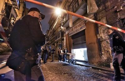 Polizia sul luogo dove due pregiudicati sono stati uccisi e tre persone ferite in una sparatoria nel Rione Sanità a Napoli, 22 aprile 2016. C'erano anche dei bambini in strada, in via Fontanelle, quando sono entrati in azione i killer. I bambini si trovavano nei pressi di un rivenditore ambulante di granite quando è scattato il raid mortale. Nessuno di loro, per fortuna, è rimasto coinvolto. ANSA/CIRO FUSCO