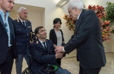(ANSA) - BOLOGNA, 25 MAGGIO 2016 - Il presidente Mattarella consegna la medaglia d'oro a Nicola Barbato, gravemente ferito in servizio a Napoli lo scorso anno