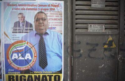 """Fa affiggere, per la sua campagna elettorale a Napoli, manifesti con la sua foto, in primo piano e, alla sua destra, l'immagine, in piccolo, di colui che per anni è stato il suo mentore politico: quest'ultimo però, è deceduto, e risulta essere il cognato di un """"capopiazza"""" della camorra, anche lui morto, assassinato da un clan rivale, Napoli, 24 Maggio 2016. ANSA/ CESARE ABBATE"""