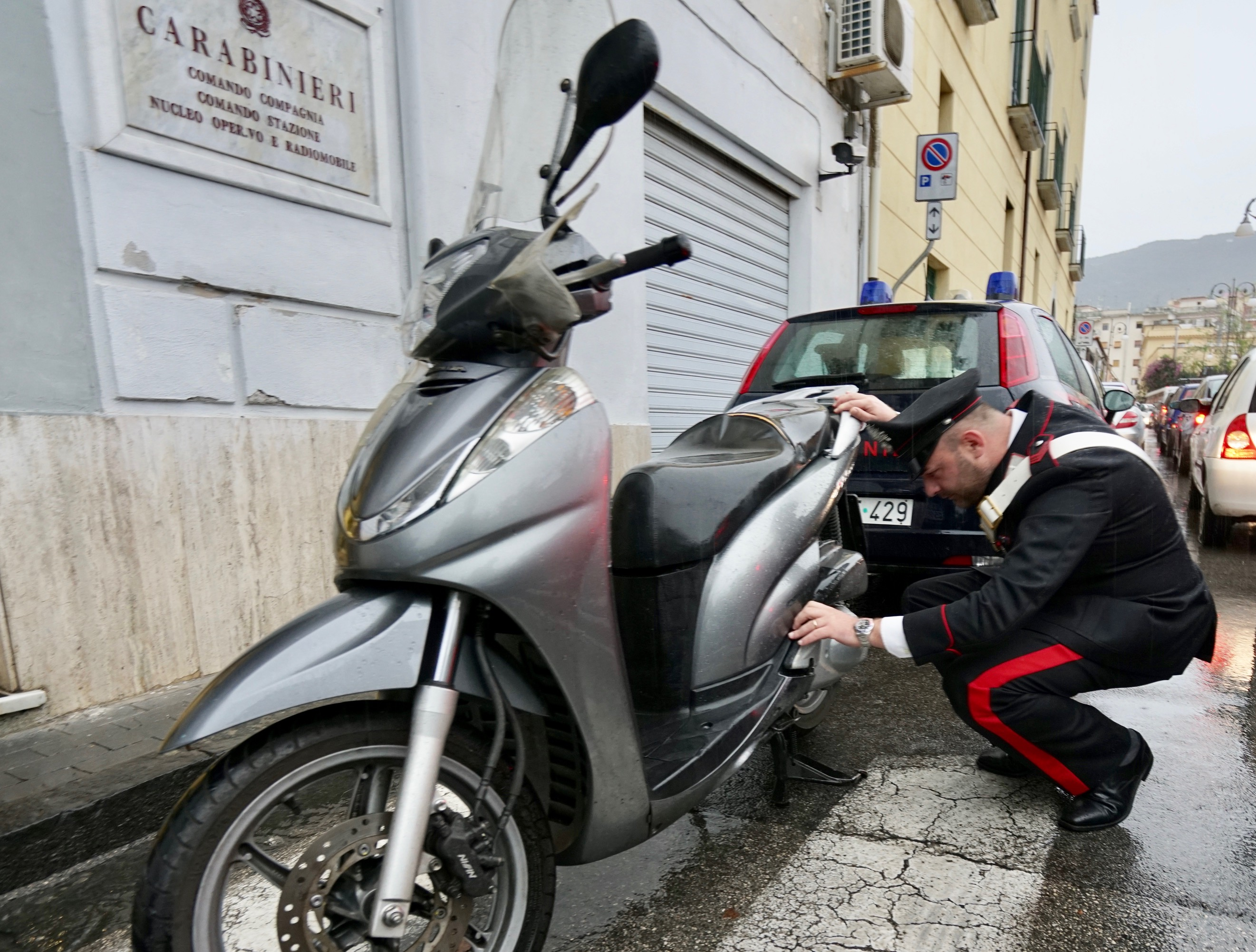 Solo 50 secondi per rubare uno scooter, arrestati due giovanissimi a Sorrento