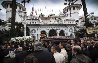 Morto boss cerimonie: orchidee e rose bianche per la bara