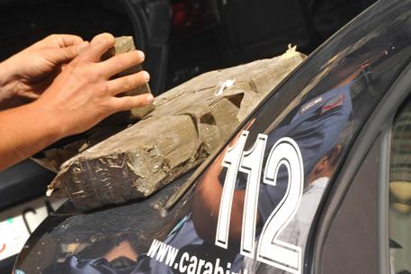 Droga: panetti di hashish sequestrati da carabinieri.  ANSA/ CIRO FUSCO /DC