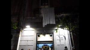 Le immagini del balcone crollato (fonte giornalettismo.com)