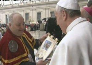 Il Papa benedice la bandiera del Beccaio