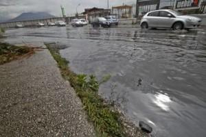 MALTEMPO: TEMPORALE SU NAPOLI,SOS A POMPIERI PER ALLAGAMENTI