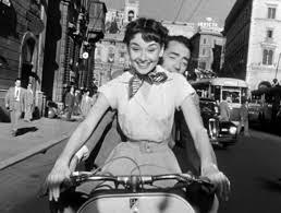 "Audrey Hepburn in sella ad una vespa in ""Vacanze romane"""