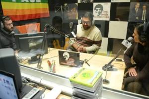 Al centro, il direttore Nello Lauro con Ciro Oliviero e Mary Liguori negli studi di Radio Siani