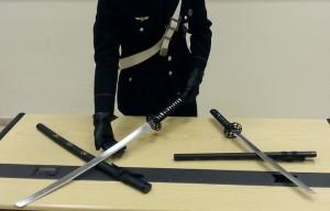 Due spade giapponesi in valigia, denunciato dai CC a Napoli