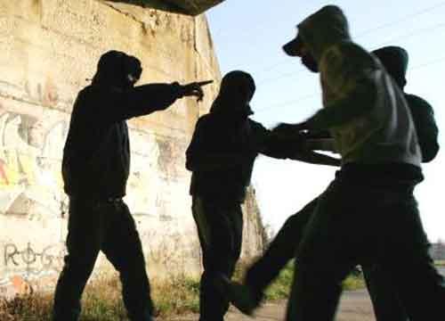 Adescato online, picchiato, rapinato e chiuso nel bagagliaio: arrestati 3 minorenni a Maddaloni