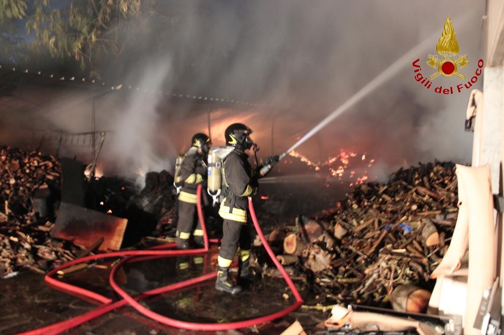 Incendio in mobilificio a fuoco intero stabile - Mobilificio in campania ...