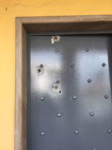 La porta di casa del sindaco di Mariglianella