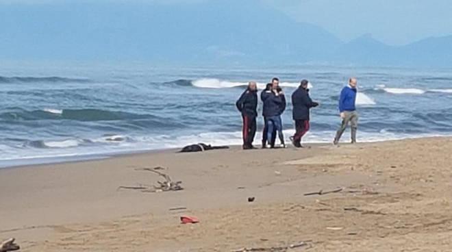 Matrimonio Spiaggia Paestum : Comitiva di liceali scopre cadavere sulla spiaggia paestum