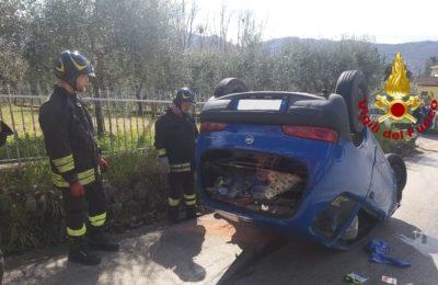 Irpinia, sbanda e si capovolge con la sua vettura: ricoverata in ospedale