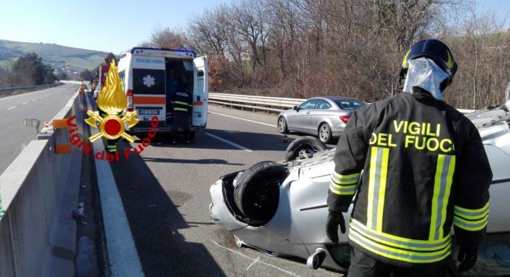 incidente su A16: auto si ribalta