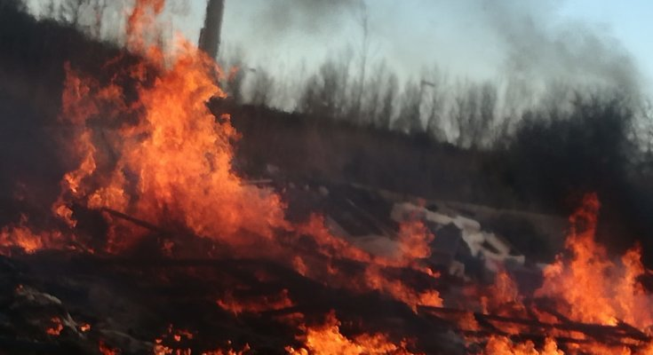 Afragola, incendiata discarica a cielo aperto: tra i rifiuti anche eternit