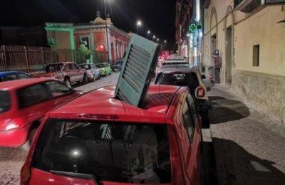 Maltempo, tragedia sfiorata a Posillipo: persiana sfonda tetto di auto in sosta