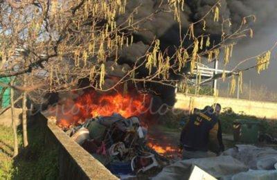 Fuoco e fiamme al campo sportivo di Comiziano, ambientalisti: peggio del coronavirus