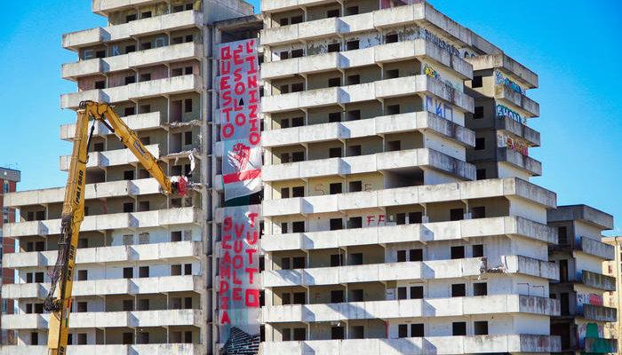 Scampia, al via la demolizione della Vela Verde: addio al simbolo di Gomorra
