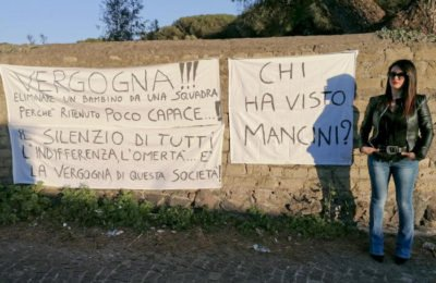 Bimbo estromesso da squadra di calcio, la mamma protesta a Torre del Greco