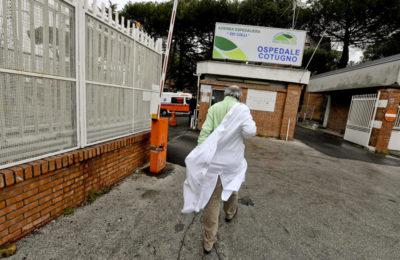 Napoli, in fila per tampone sputa su sanitari del Cotugno: due in quarantena